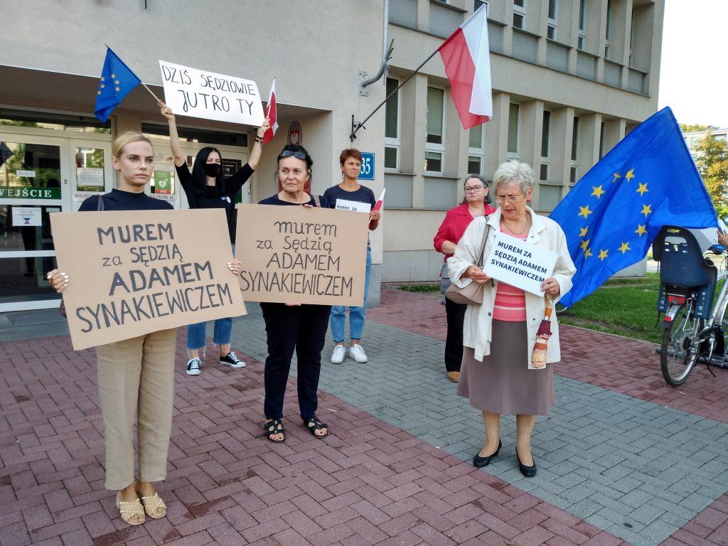 Manifestacja przed częstochowskim sądem w obronie zawieszonego sędziego Adama Synakiewicza 1