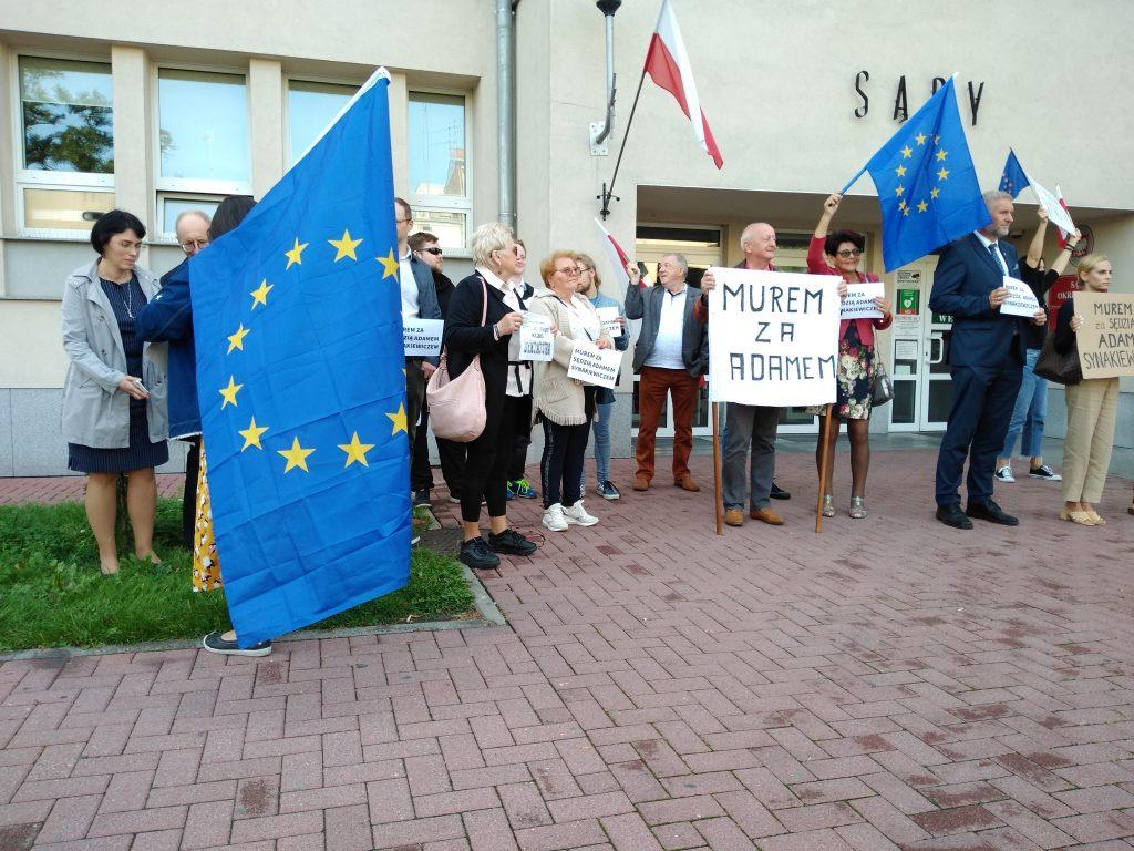 Manifestacja przed częstochowskim sądem w obronie zawieszonego sędziego Adama Synakiewicza 9
