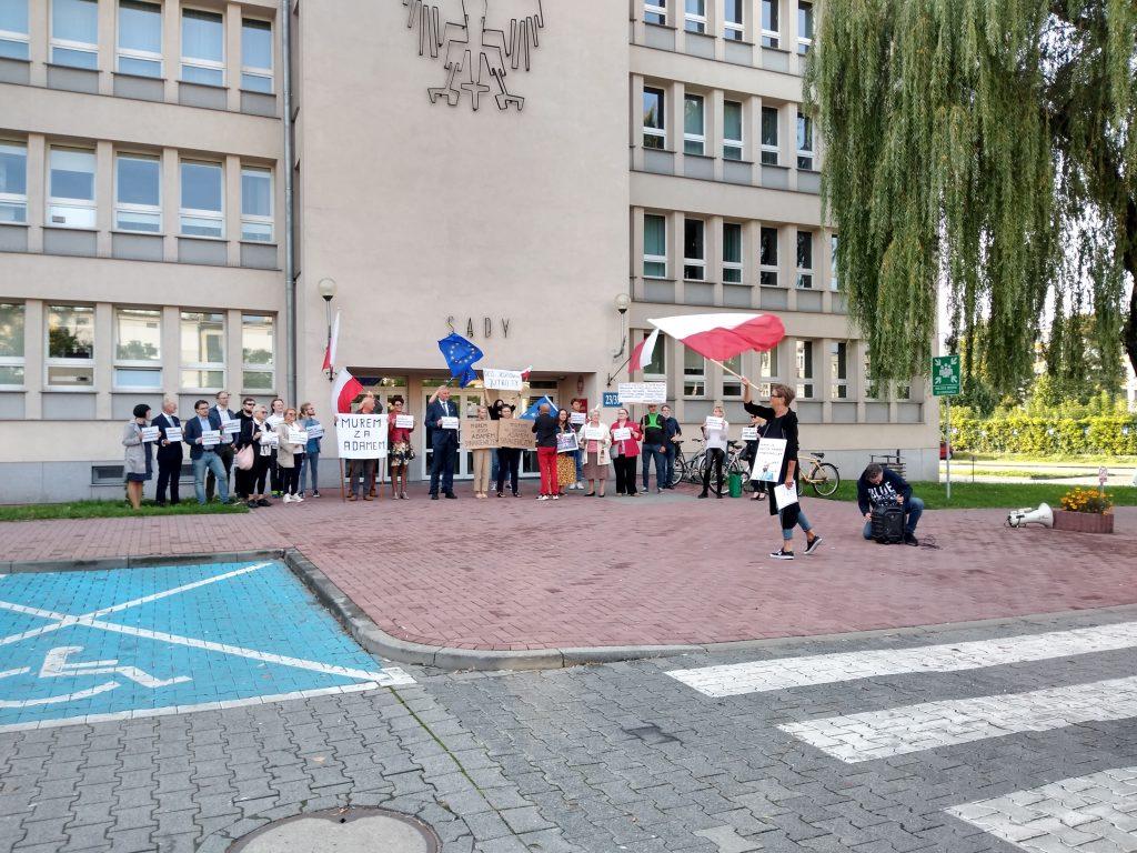 Manifestacja przed częstochowskim sądem w obronie zawieszonego sędziego Adama Synakiewicza 10