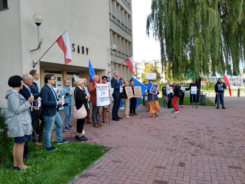 Manifestacja przed częstochowskim sądem w obronie zawieszonego sędziego Adama Synakiewicza 11