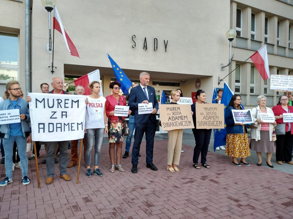 Manifestacja przed częstochowskim sądem w obronie zawieszonego sędziego Adama Synakiewicza 12