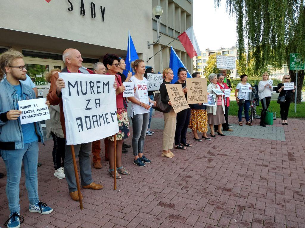 Manifestacja przed częstochowskim sądem w obronie zawieszonego sędziego Adama Synakiewicza 13