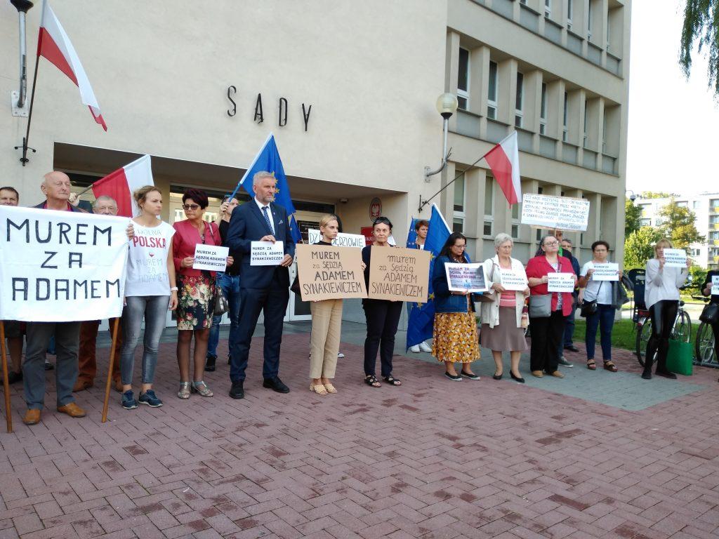 Manifestacja przed częstochowskim sądem w obronie zawieszonego sędziego Adama Synakiewicza 14