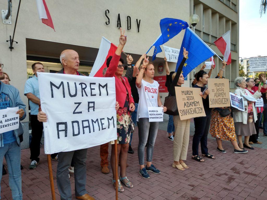 Manifestacja przed częstochowskim sądem w obronie zawieszonego sędziego Adama Synakiewicza 15