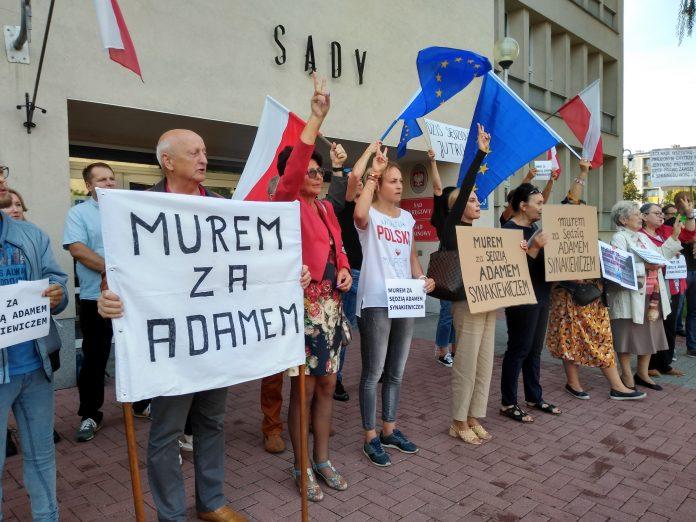 Manifestacja przed częstochowskim sądem w obronie zawieszonego sędziego Adama Synakiewicza 21