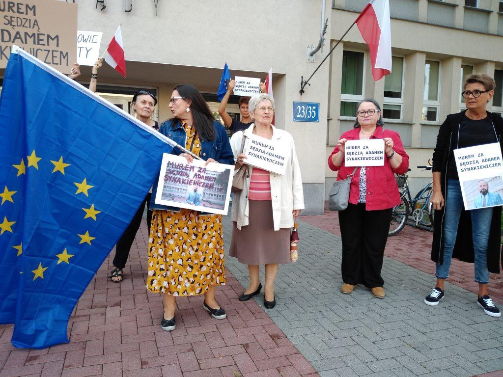 Manifestacja przed częstochowskim sądem w obronie zawieszonego sędziego Adama Synakiewicza 2