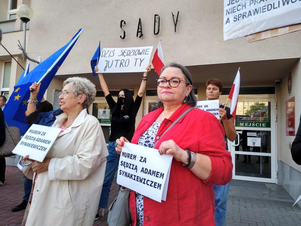 Manifestacja przed częstochowskim sądem w obronie zawieszonego sędziego Adama Synakiewicza 16