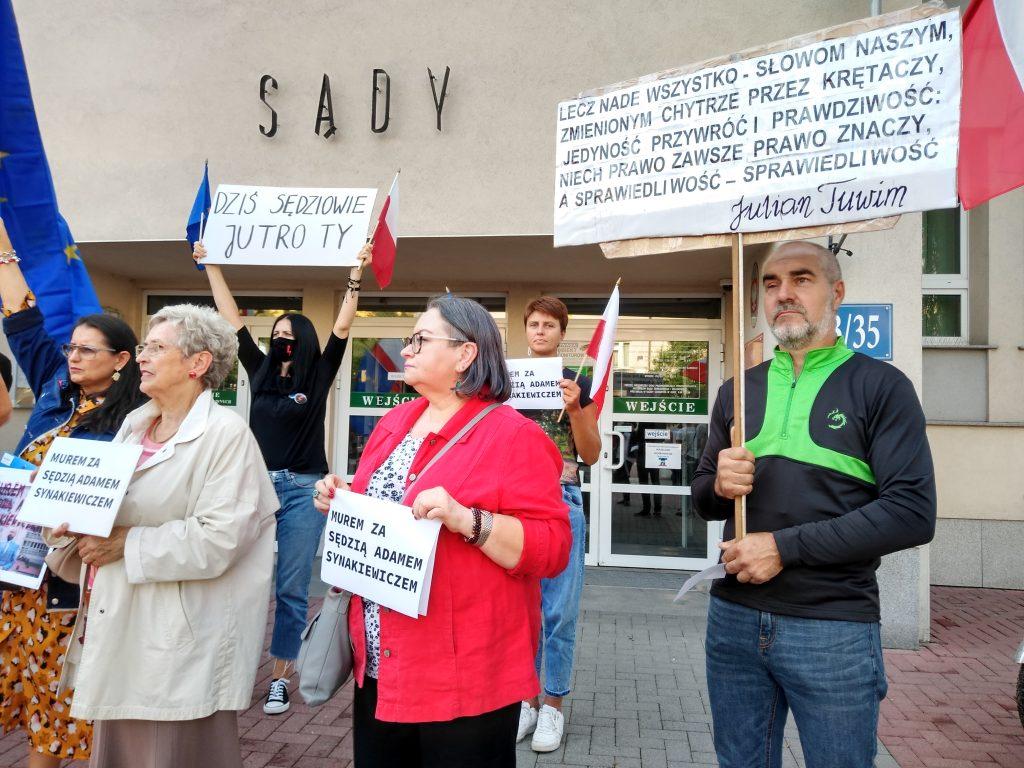 Manifestacja przed częstochowskim sądem w obronie zawieszonego sędziego Adama Synakiewicza 17