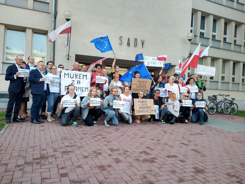 Manifestacja przed częstochowskim sądem w obronie zawieszonego sędziego Adama Synakiewicza 19