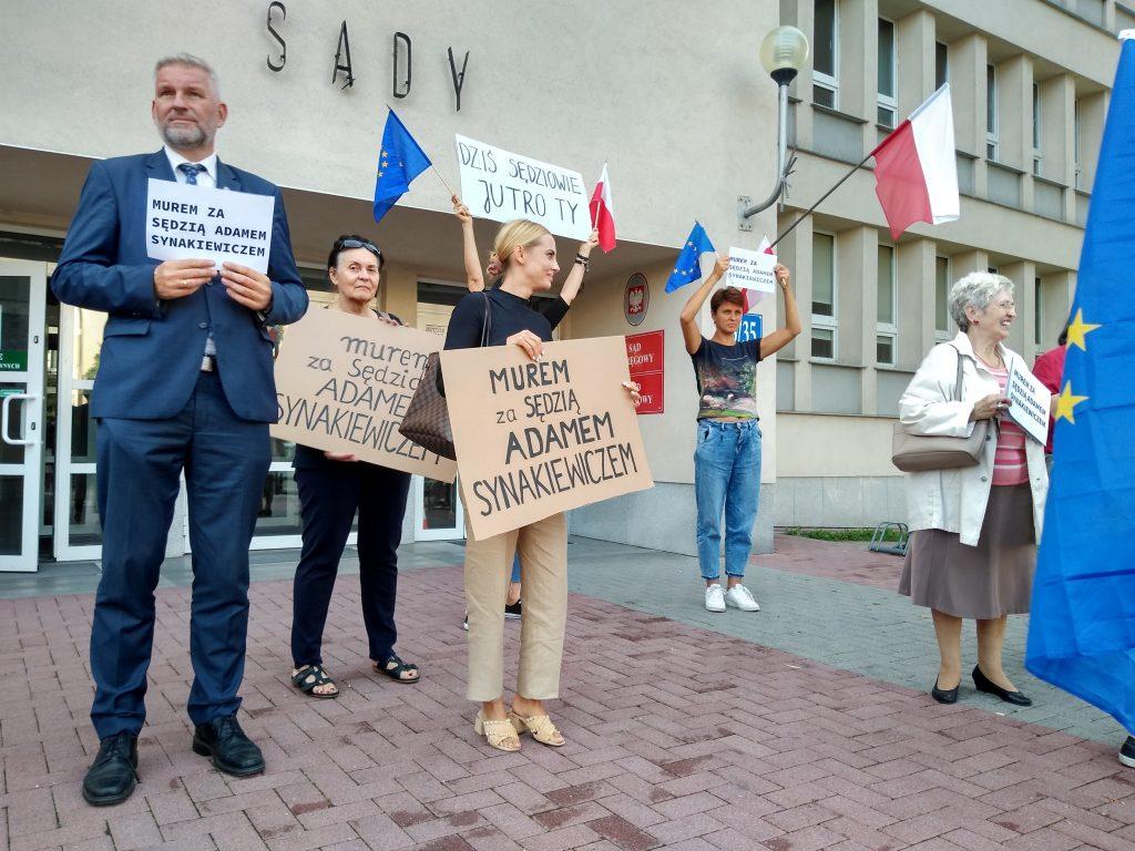 Manifestacja przed częstochowskim sądem w obronie zawieszonego sędziego Adama Synakiewicza 3