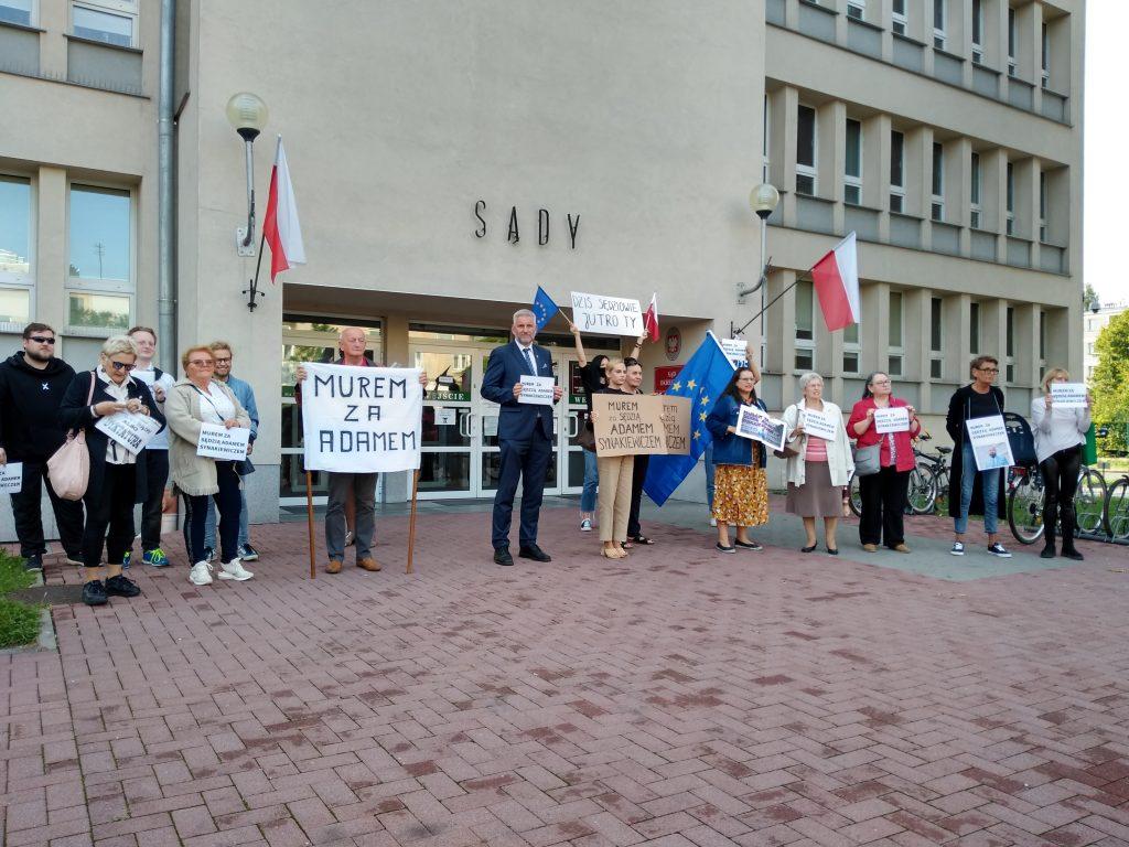 Manifestacja przed częstochowskim sądem w obronie zawieszonego sędziego Adama Synakiewicza 4