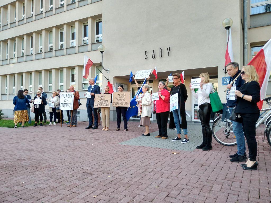 Manifestacja przed częstochowskim sądem w obronie zawieszonego sędziego Adama Synakiewicza 5