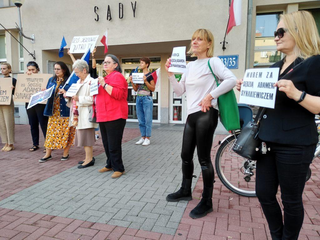 Manifestacja przed częstochowskim sądem w obronie zawieszonego sędziego Adama Synakiewicza 6