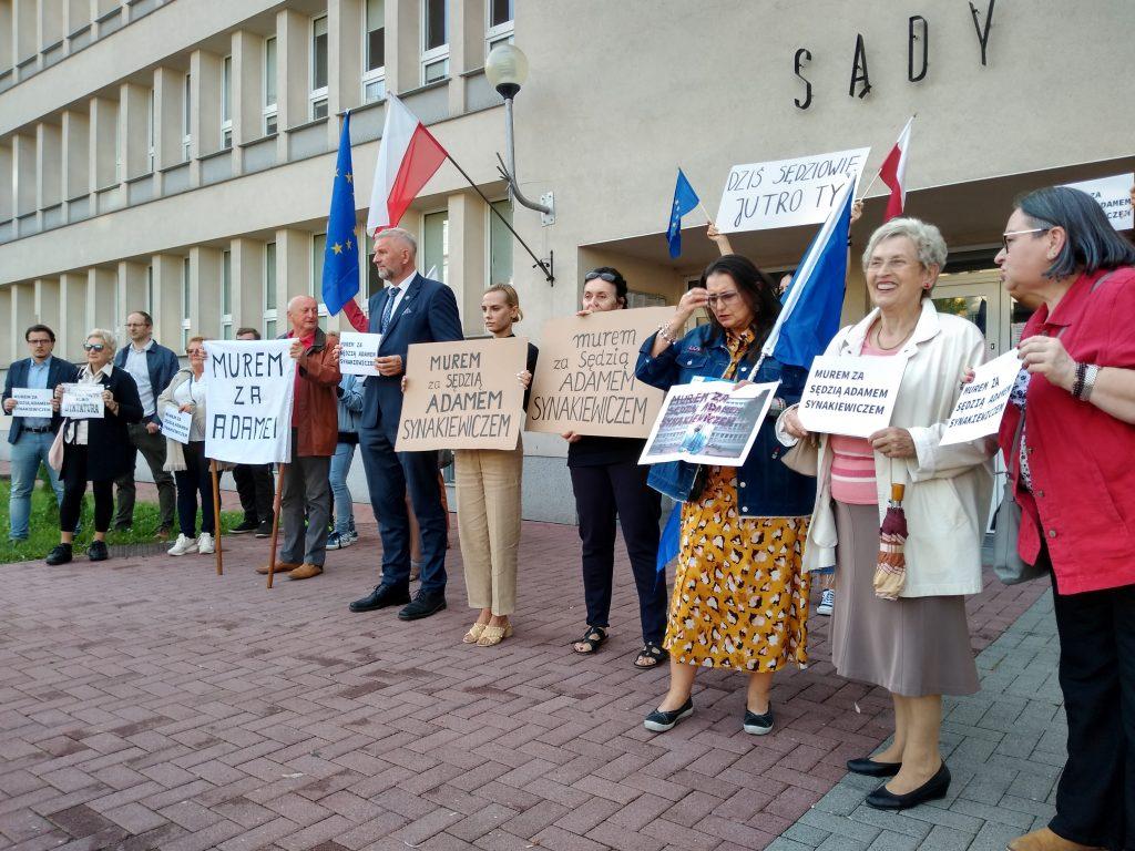 Manifestacja przed częstochowskim sądem w obronie zawieszonego sędziego Adama Synakiewicza 7