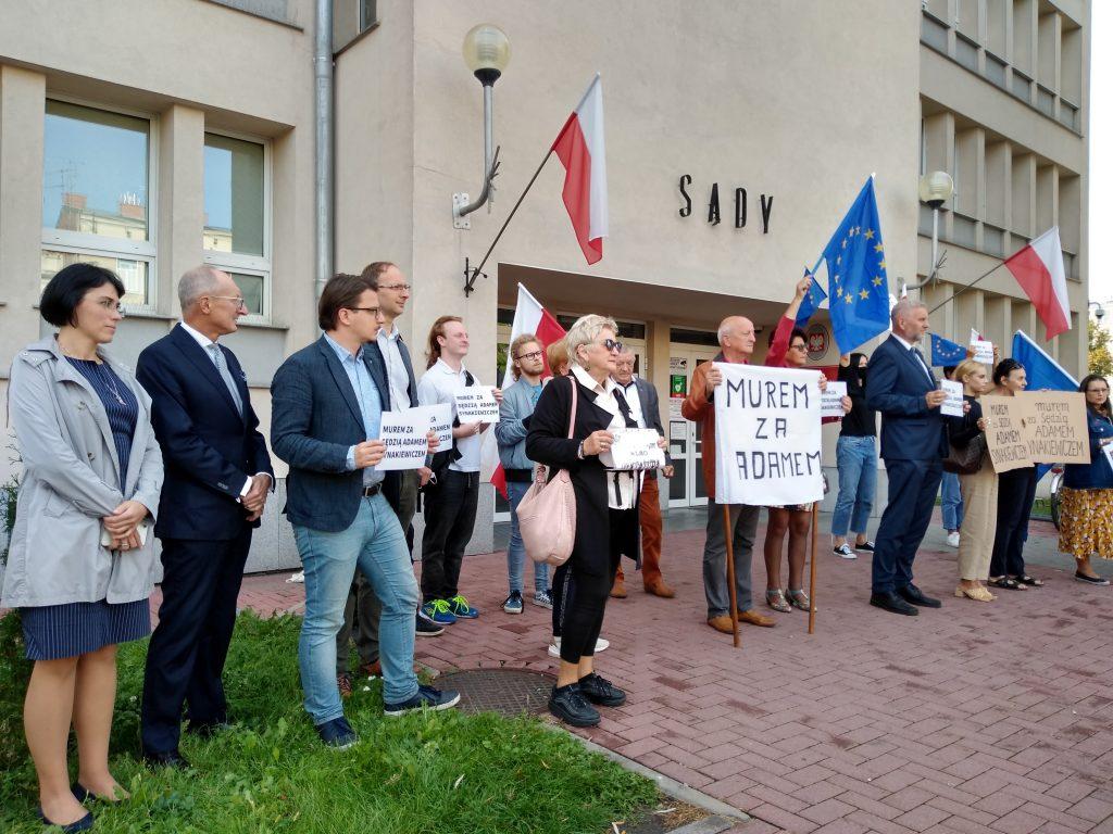 Manifestacja przed częstochowskim sądem w obronie zawieszonego sędziego Adama Synakiewicza 8