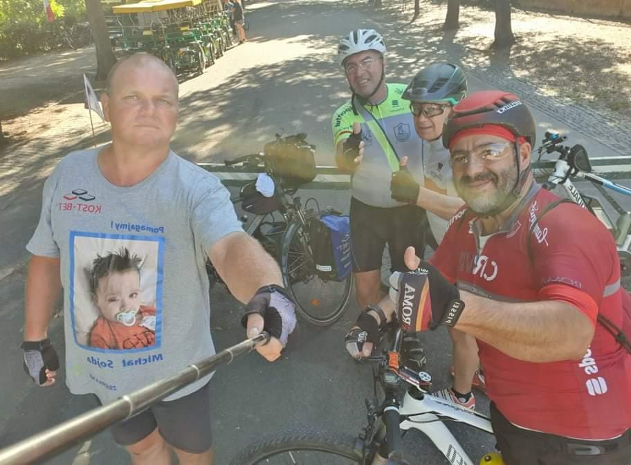 Przejechał na rowerze półtora tysiąca kilometrów, aby pomóc choremu dziecku 9