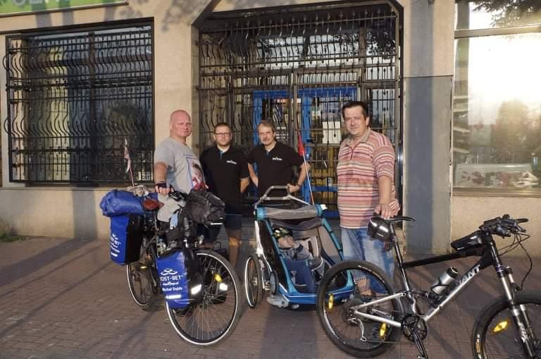Przejechał na rowerze półtora tysiąca kilometrów, aby pomóc choremu dziecku 10